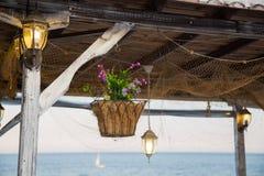 Cesta de suspensão bonita com flores artificiais Fotografia de Stock Royalty Free