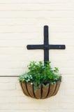 Cesta de suspensão e a cruz Imagens de Stock Royalty Free
