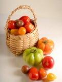 Cesta de tomates Imagen de archivo libre de regalías