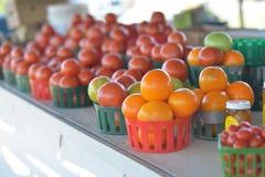 Cesta de tomates alaranjados Fotos de Stock Royalty Free