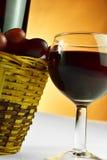 Cesta de uvas y de vidrio de vino Fotos de archivo libres de regalías