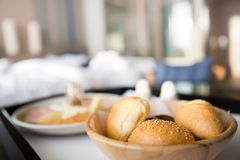 Cesta de vários rolos e bolos de pão fotografia de stock royalty free