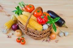 Cesta de verduras frescas en una tabla de madera Foto de archivo libre de regalías