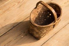 Cesta de vime antiga em um fundo de madeira Foco seletivo Espaço livre para o texto imagens de stock royalty free