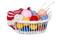 Cesta de vime com as bolas coloridas do fio Foto de Stock