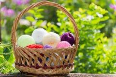 Cesta de vime com as bolas coloridas do fio Imagens de Stock Royalty Free