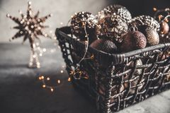 Cesta de vime com brinquedos do Natal e luzes das decorações do feriado, espaço da cópia, decoração do ano novo fotos de stock royalty free