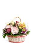Cesta de vime com cravos, orquídeas e crisântemos Fotos de Stock