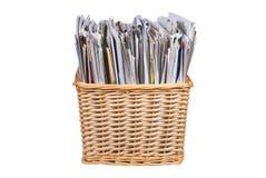 Cesta de vime com jornais e catálogos Foto de Stock Royalty Free