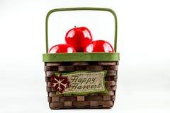 Cesta de vime com maçãs Fotografia de Stock Royalty Free