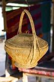 Cesta de vime como um artigo do agregado familiar no mercado da vila cambodia imagens de stock royalty free