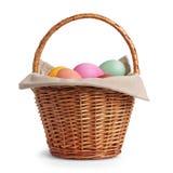 Cesta de vime completamente de ovos da páscoa das cores pastel Fotografia de Stock