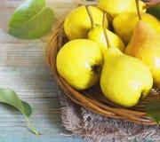 Cesta de vime de peras maduras, fim acima Imagens de Stock