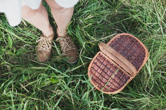 Cesta de vime do piquenique na opinião aérea da grama fresca do verão Conceito de descanso do fim de semana Imagem de Stock Royalty Free