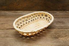 Cesta de vime em uma superfície de madeira Fotografia de Stock Royalty Free