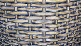Cesta de vime, fundo azul e marrom/textura Imagem de Stock