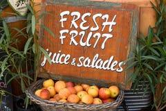 Cesta de vime de madeira com as maçãs maduras frescas fotografia de stock