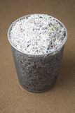 Cesta de Wastepaper enchida com o papel shredded Fotos de Stock