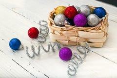 Cesta de Wattled con las decoraciones de la Navidad Fotos de archivo