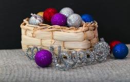 Cesta de Wattled con las decoraciones de la Navidad Fotografía de archivo libre de regalías