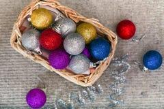 Cesta de Wattled con las decoraciones de la Navidad Imagen de archivo