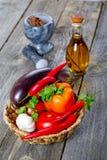 Cesta de Wattled con las verduras en una tabla Imagen de archivo libre de regalías