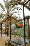 Cesta decorativa com maçãs e as tangerinas artificiais Fotos de Stock Royalty Free