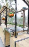 Cesta decorativa con las manzanas y las mandarinas artificiales Fotos de archivo
