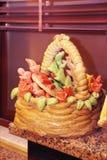 cesta decorativa do pão com as decorações do desenhista sob a forma das flores e das folhas imagem de stock