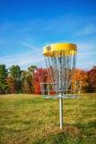 Cesta del agujero del golf del disco en otoño Fotos de archivo libres de regalías
