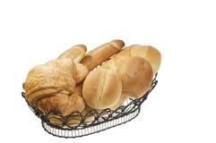 Cesta del alimento del pan sobre el blanco aislado. Fotos de archivo
