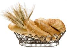 Cesta del alimento del pan sobre el blanco aislado. Imagen de archivo libre de regalías
