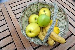 Cesta del bastón con las frutas Fotos de archivo libres de regalías