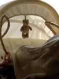 Cesta del bebé con el oso del peluche Foto de archivo libre de regalías