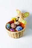 Cesta del conejito de pascua con los huevos Imagenes de archivo