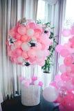 Cesta del globo Fiesta de cumpleaños Globos rosados foto de archivo libre de regalías