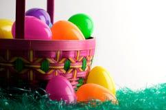 Cesta del huevo de Pascua con los huevos Imágenes de archivo libres de regalías