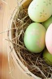Cesta del huevo de Pascua de arriba Fotos de archivo