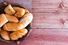 Cesta del pan llenada de los rollos frescos Foto de archivo libre de regalías