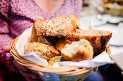 Cesta del pan y de los scones Imágenes de archivo libres de regalías