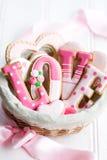 Cesta del regalo de la galleta de la tarjeta del día de San Valentín Imagen de archivo
