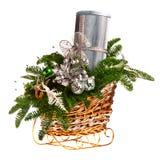 Cesta del regalo de la Navidad en el fondo blanco fotos de archivo