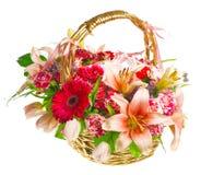 Cesta del regalo de lilias, de rosas y de gerberas Foto de archivo libre de regalías