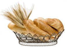Cesta do alimento do pão sobre o branco isolado. Imagem de Stock Royalty Free