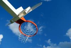 Cesta do basquetebol com céu sobre Foto de Stock Royalty Free