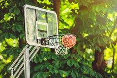 Cesta do basquetebol com toda atravessar a rede Imagens de Stock