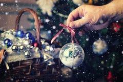 Cesta do brinquedo da árvore de Natal Imagens de Stock