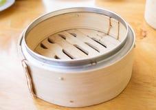 A cesta do dim sum feita do bambu, um recipiente de alimento para o vapor escurece Imagens de Stock