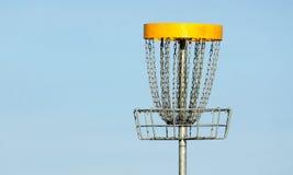 Cesta do golfe do Frisbee contra o céu azul Fotografia de Stock Royalty Free