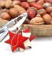 Cesta do Natal com porcas e nutcracker imagem de stock royalty free